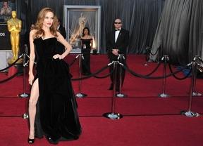 A Angelina Jolie le dan igual las críticas sobre su pierna y pose en los Óscar
