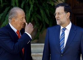 '¿Qué, no tenéis nada que escribir?', bromea el rey con los periodistas al recibir a Rajoy