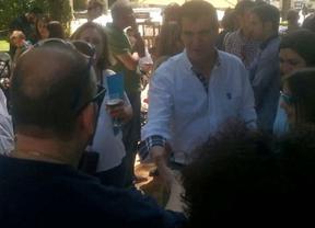Román (PP) se toma unas cañas con vecinos de Guadalajara para atender sus sugerencias