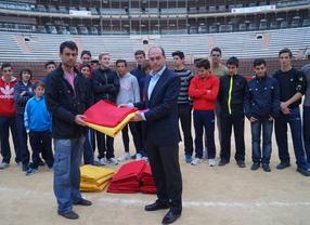 José María Manzanares dona una treintena de muletas y capotes a la Escuela de Tauromaquia de Valencia
