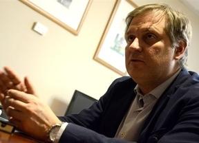 El PP sale en tromba a criticar el pasado de García-Page, presentado por Pedro Sánchez como candidato