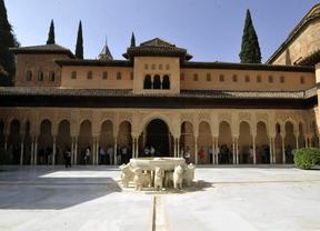 El tren de la Alhambra con la ciudad prevé lograr los 200.000 usuarios al año
