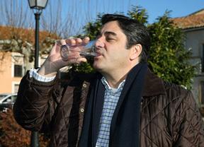 Echániz bebe agua del grifo en Hiendelaencina para demostrar que es potable