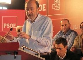... y Rubalcaba 'pasa' de su rival y busca el apoyo de los alcaldes para iniciar la reconquista