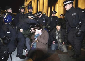 Indignados 'out': la policía desmantela el campamento del centro de Londres