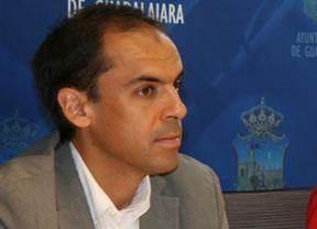 El candidato del PSOE a la Alcaldía de Guadalajara reparte folletos con su cara y su móvil