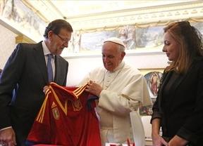 Rajoy entrega la 'roja' al Papa