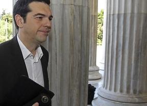 Los favoritos en las encuestas griegas tratan de quitarse el sambenito de que 'viene el lobo'