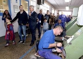 Iniesta vuelve a casa por Navidad y ayuda a vender la mítica cuchillería de Albacete