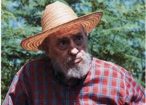 Fidel Castro distribuye fotos posando de granjero para desmentir su muerte