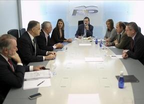 Rajoy explica a la 'cúpula' del partido las medias económicas que llevará a Marsella