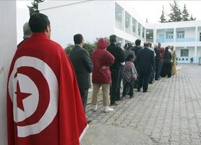 Las primeras elecciones tunecinas tras las revueltas terminan con una participación masiva