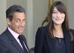 Sarkozy visita de nuevo a Bruni, pero ya conoció a su hija de madrugada