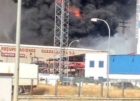 Trasladados al Hospital tres bomberos que trabajaban en la extinción de un incendio en una nave de chatarra de Guadalajara
