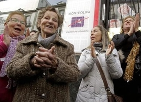 Más de 100 personas protegen a la anciana de 85 años que quieren desahuciar por no pagar un mes de alquiler