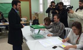 Garzón vota en Rincón de la Victoria y anuncia 'sorpresas' en esta noche