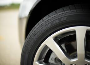 Más de 90.000 turismos circulan con defectos en sus neumáticos, según el RACE y Goodyear