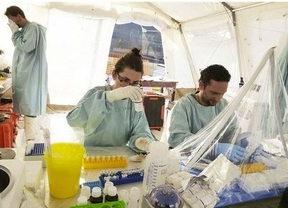 Cruz Roja activó el protocolo de ébola en Canarias por 20 inmigrantes que llevan horas en la playa