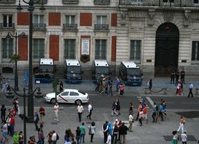 Coches de policía antidisturbios que custodian la Puerta del Sol