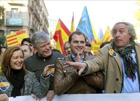 Miles de ciudadanos, sin el PSC, se manifiestan en Barcelona en defensa de la Constitución