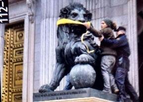 Activistas de Greenpeace consiguen burlar a la Policía y amordazan a los leones del Congreso