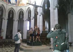 Femen asalta la catedral de La Almudena para pedir el aborto libre