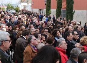 Centenares de personas 'abrazan' el Hospital de Manzanares