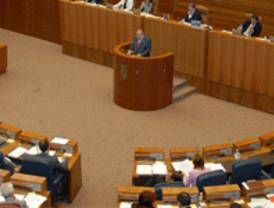 Los tres grupos parlamentarios pactan instaurar un canon a las eléctricas