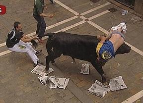 Un toro descontrolado y muy fiero sembró el caos en el encierro de este viernes en los sanfermines