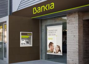 Bankia regalará a sus clientes dos extracciones de efectivo al mes en cajeros ServiRed de otras entidades en julio y agosto