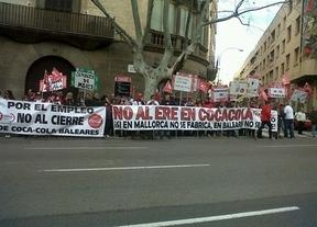 Los trabajadores de Coca-Cola de Palma aprovechan el tirón mediático de la infanta para manifestarse en protesta por el ERE