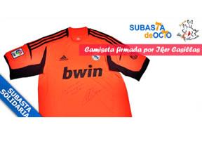 SubastadeOcio subasta dos camisetas firmadas por Iker Casillas del Real Madrid en favor de la Fundación Ataxia