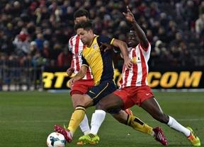 El Atlético cierra su semana 'horribilis' perdiendo también en Almería y... el liderato (2-0)