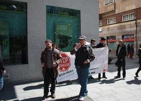 Una docena de personas protesta contra Bankia por negarse a aceptar la daci�n en pago para una familia