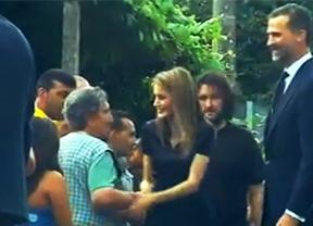 Los Príncipes visitan durante una hora a las familias y a los heridos en Santiago