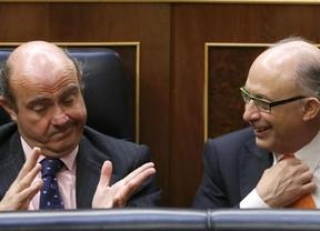 El Gobierno niega nuevos ajustes a la opinión pública, mientras se los promete a Bruselas en la 'letra pequeña'