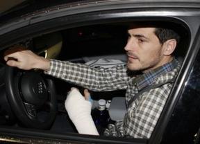 Iker Casillas se mete en un lío al ser cazado conduciendo con la escayola