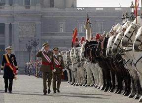 El Rey pide mantener la capacidad militar frente a la