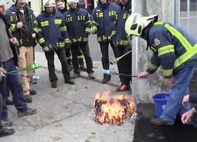 Los bomberos de Vitoria apoyan a los presos de ETA y Bildu se solidariza con ellos tras el expediente abierto