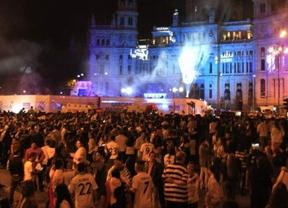 Jueves de Pasión... blanca: miles de madridistas aclaman a los jugadores en 'su' plaza de Cibeles