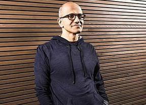 Bill Gates deja la presidencia de Microsoft y Satya Nadella se queda al mando