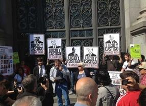 Juicio y Castigo, en las puertas del Banco de España
