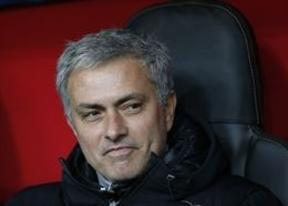 Mourinho se supera: vea el vídeo de cómo entra en el campo para derribar a un jugador en un partido benéfico