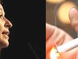 Trinidad Jiménez, de vuelta a la Sanidad, dice que permitirá fumar en las terrazas de los bares