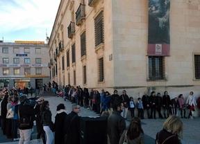 Cientos de abrazos para reivindicar el acceso gratuito a la cultura