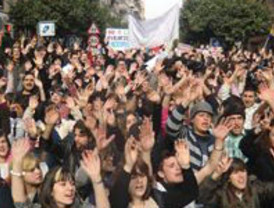 Más de 2.000 estudiantes protestan contra el 'tijeretazo' y provocan altercados a las puertas de Educación