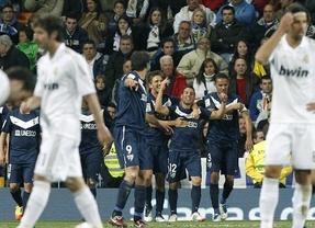 Un golazo de Cazorla en el 92' devuelve la emoción a la Liga dejando al Barça a 8 puntos del Madrid (1-1)