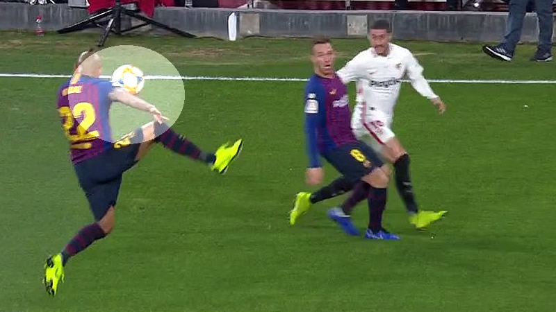 Y continúa el escándalo del VAR y su 'romance' con el Barça: penalti de Vidal no señalado