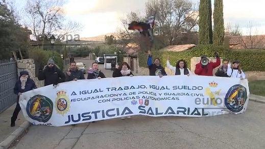 Policías y guardias civiles de Jusapol protestan ante la casa de Iglesias y Montero