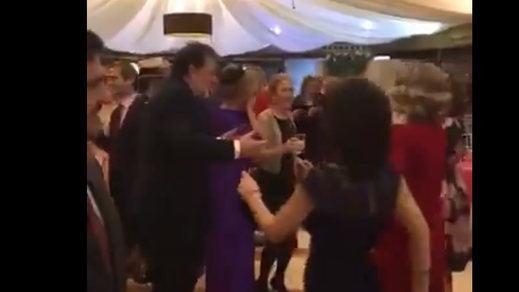 El vídeo viral de Rajoy desatado y bailando 'Mi gran noche' en una boda